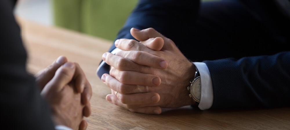 Двое мужчин, сидящих за столом